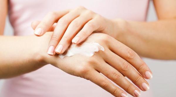 Bật mí bí quyết  chăm sóc da tay vào mùa đông để da không bị thô ráp, sần sùi
