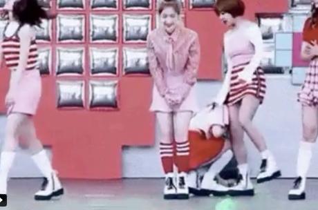5 màn rơi tóc giả huyền thoại ngay trên sân khấu của các idol Hàn