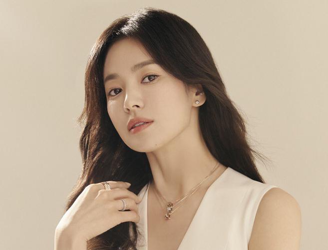 Nhan sắc của Song Hye Kyo trong loạt ảnh quảng cáo khiến hàng hiệu cũng bị lu mờ