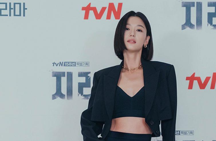 Mợ chảnh Jeon Ji Hyun tái xuất khoe vòng eo con kiến cùng mái tóc ngắn đầy cá tính
